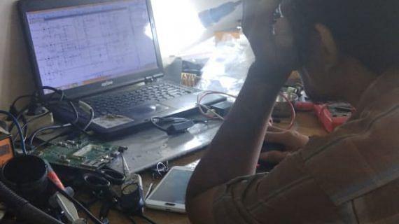 Proses Perbaikan Laptop dengan Membaca Skema