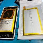 Membantu Pemasangan Baterai Handphone